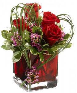 belles fleurs de saint valentin: bouquet de roses rouges et coeur végétal
