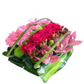 composition florale carrée à base de roses roses, orchidées roses